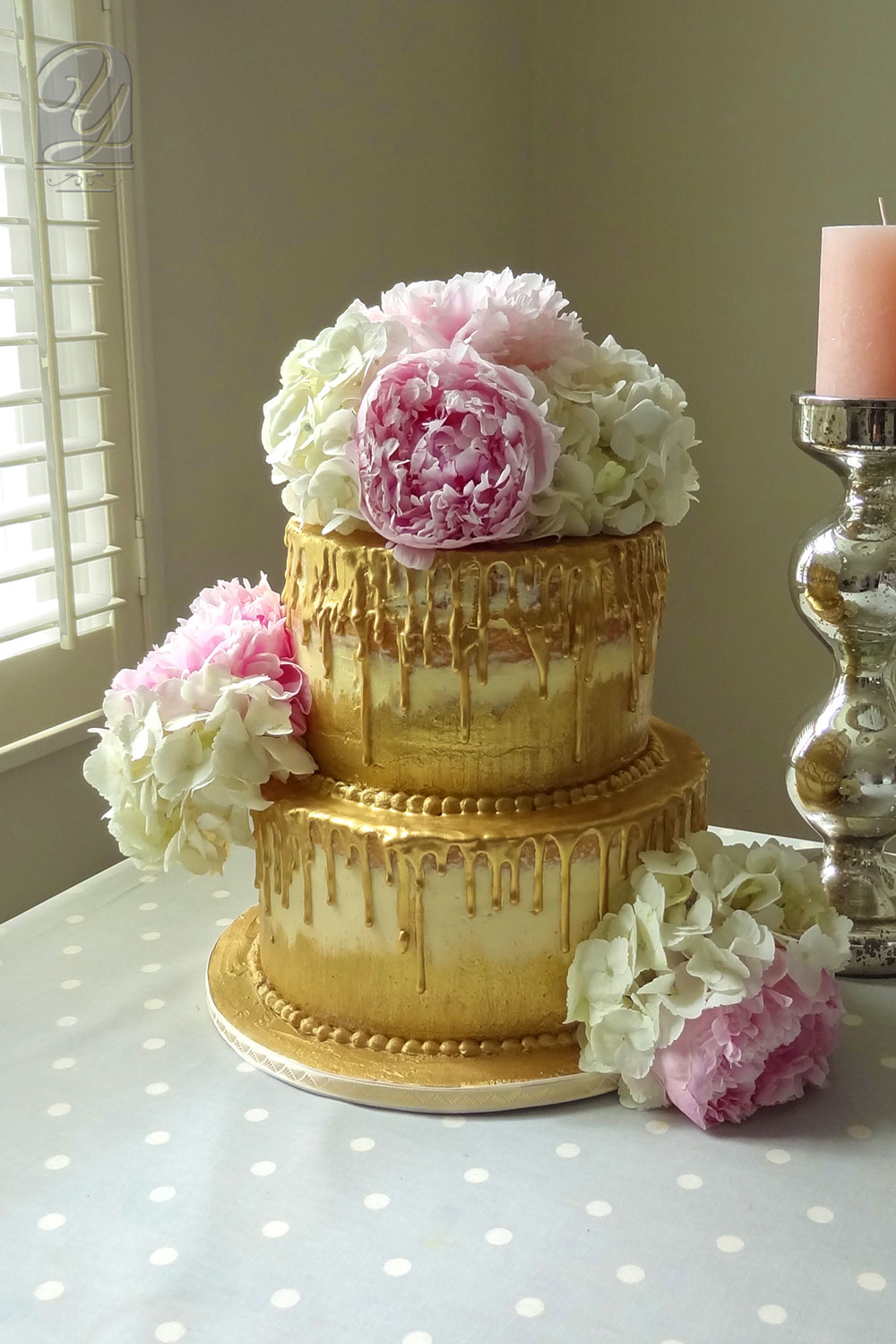 A moist & luxurious naked cake from Unique Cales by Yevnig, drizzled with gold chocolate, decorated with Peony and Hydrangea from Heaven Scent Flowers.